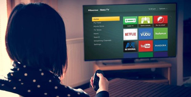 donna guarda smart TV