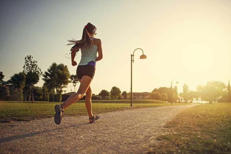 donna corre usando una app per il fitness